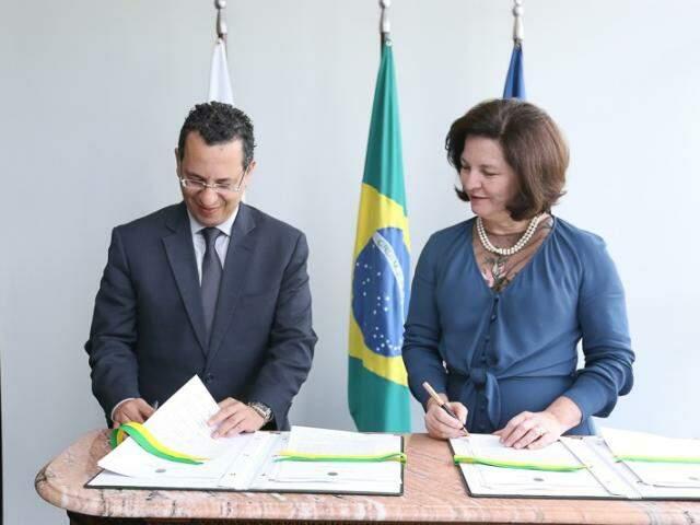 Passos, durante assinatura de acordo com Raquel Dodge: termo visa a otimizar investigações contra organizações criminosas. (Foto: PMPS/Divulgação)