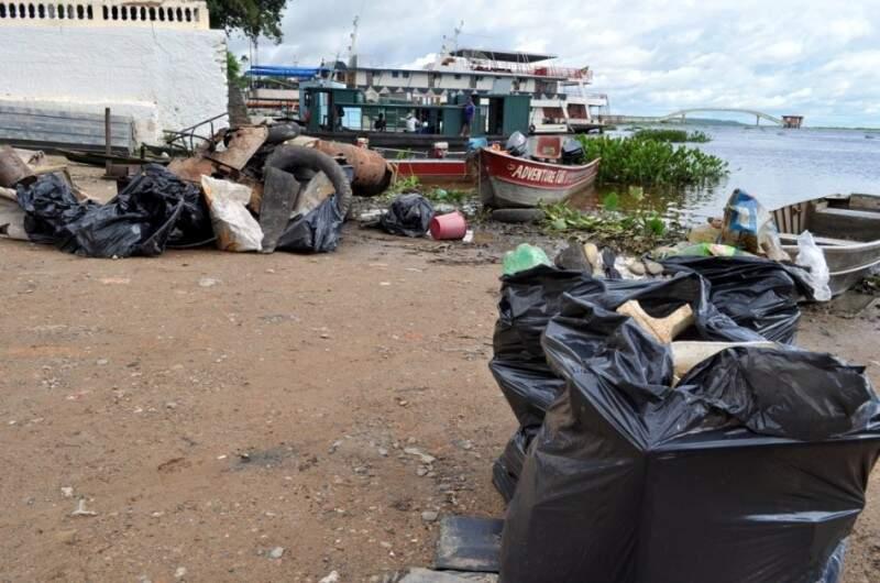 Cerca de 600 quilos de lixo foram retirados das margens do rio Paraguai. (Foto: divulgação)