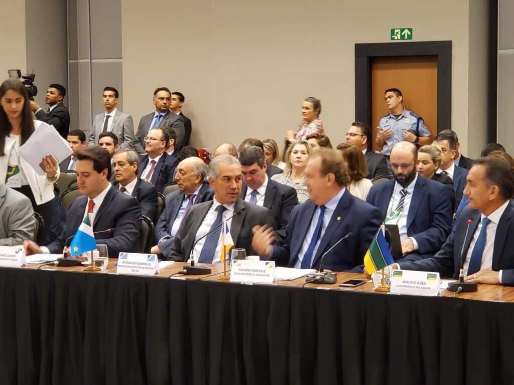 Governador Reinaldo Azambuja (PSDB), no meio, durante reunião em Brasília, nesta quarta-feira (dia 20). (Foto: Clodoaldo Silva/Governo do Estado).