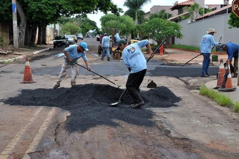 Operários integram uma das nove equipes que estão recuperando a cidade após chuva de sábado (Foto: Divulgação)