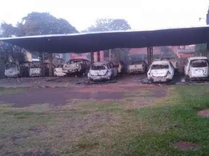 Em 5 caminhonetes, grupo armado explode 3 casas e garagem