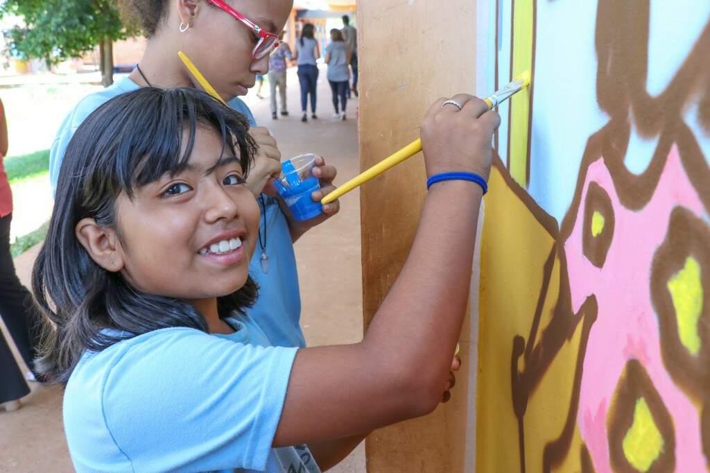 Ana Gabriela ficou feliz em pintar ao lado de Ivan. (Foto: Henrique Kawaminami)
