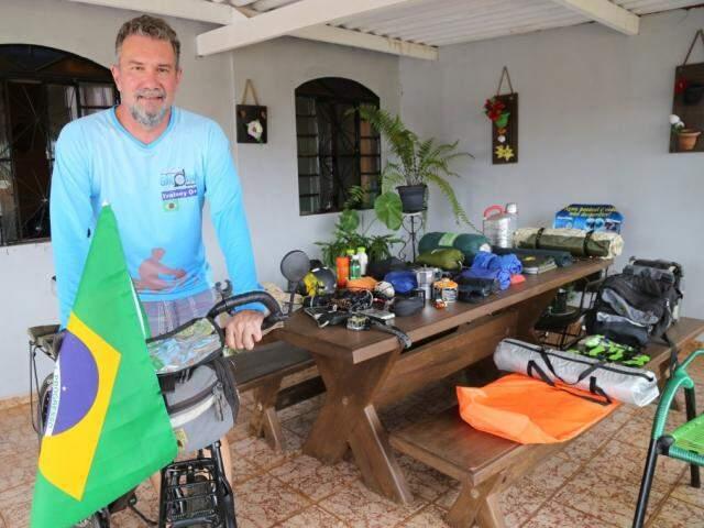A bandeira do Brasil vai junto, identificando de ontem o viajante veio. (Foto: Marcos Ermínio)