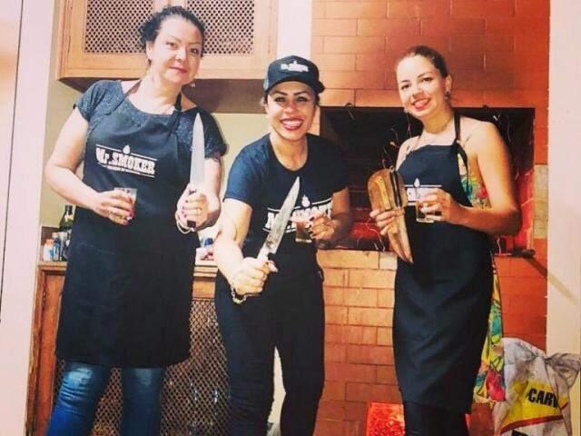Thays, Lari e Silvana no preparo do churrasco. (Foto: Arquivo Pessoal)