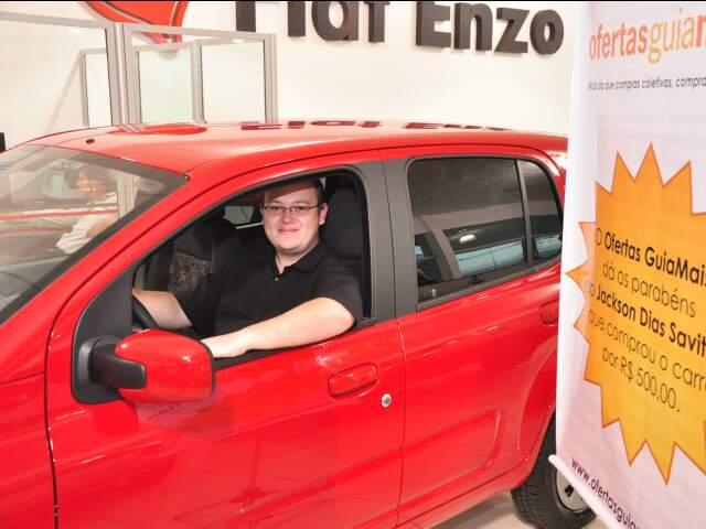 Jackson já com o carro que comprou por 500 reais. (Foto: João Garrigó)