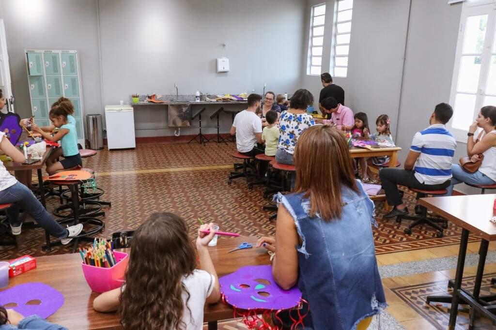 Pais e filhos participaram da oficina de máscara (Foto: Henrique Kawaminami)