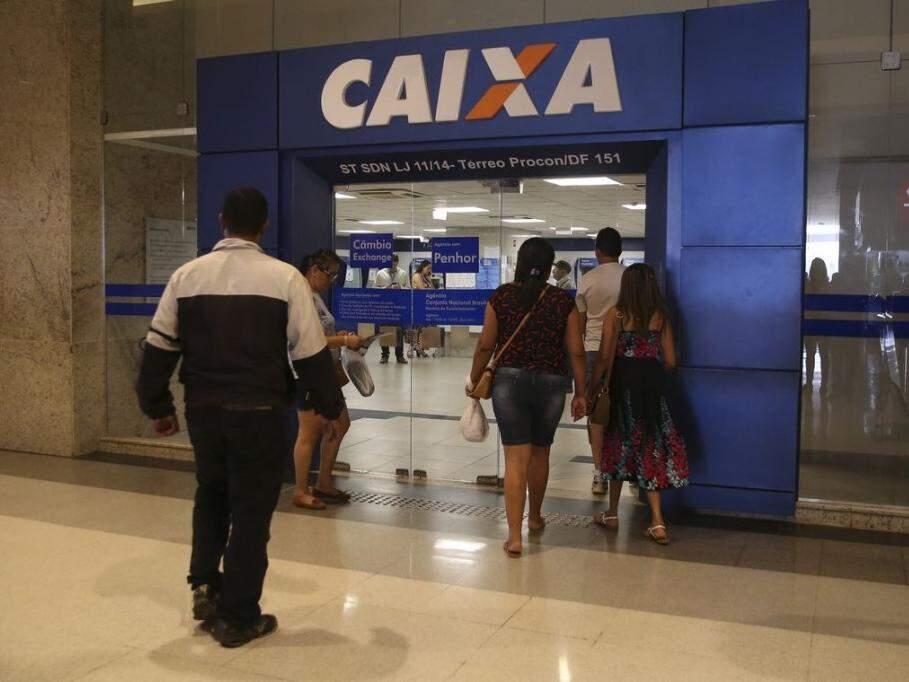 Cliente entram em agência da Caixa, banco que paga o FGTS (Foto: José Cruz/Agência Brasil)