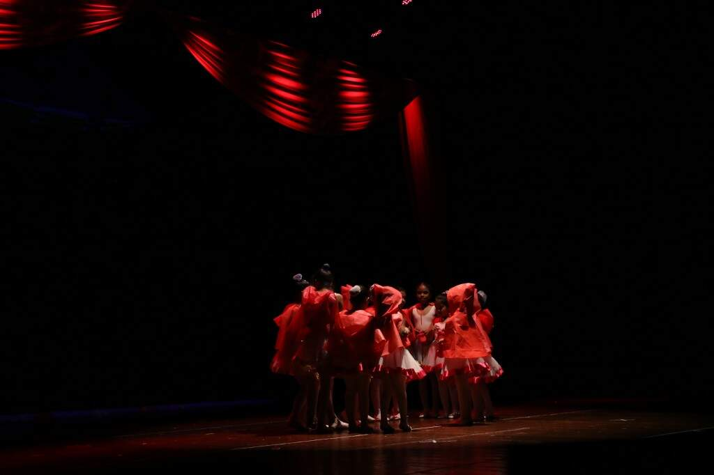 As crianças interpretando a peça Chapeuzinho Vermelho (Foto: Paulo Francis)