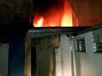 Nos fundos do prédio, era possível ver a altura em que as chamas estavam (Foto: Hélio de Freitas)