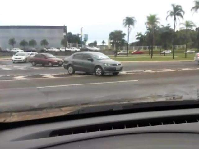 Quatro veículo cometem infração gravíssima ao trafegar sobre faixa zebrada (Foto: Reprodução)