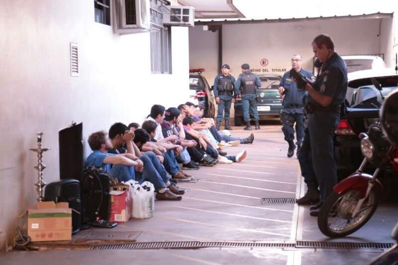 Jovens aguardam liberação no pátio da delegacia. (Foto: Marcos Ermínio)