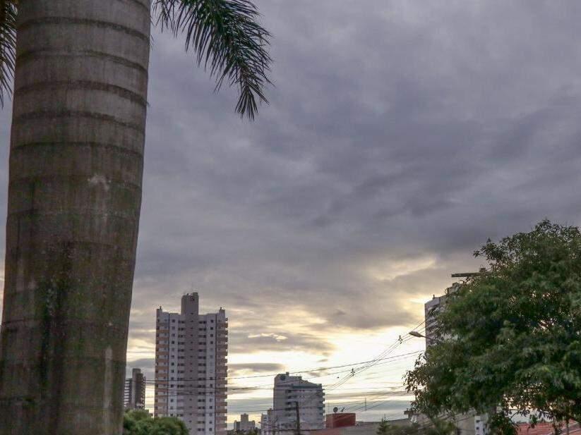Após chuvarada de ontem à tarde, amanheceu com céu fechado na capital sul-mato-grossense (Foto: Henrique Kawaminami)