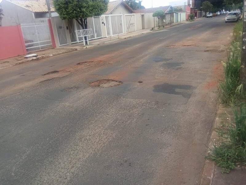 Buracos na rua atrapalham o acesso dos moradores no prédio. (Foto: Direto das Ruas)