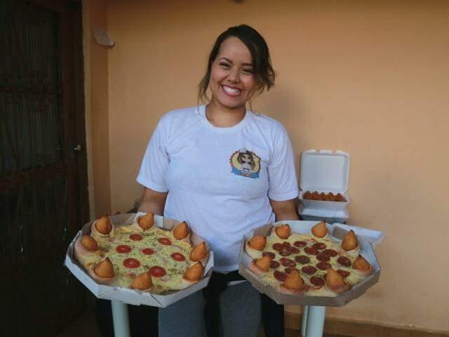 Gyovanna mostra duas criações, as pizzas com borda de coxinha de frango. (Fotos: Alcides Neto)