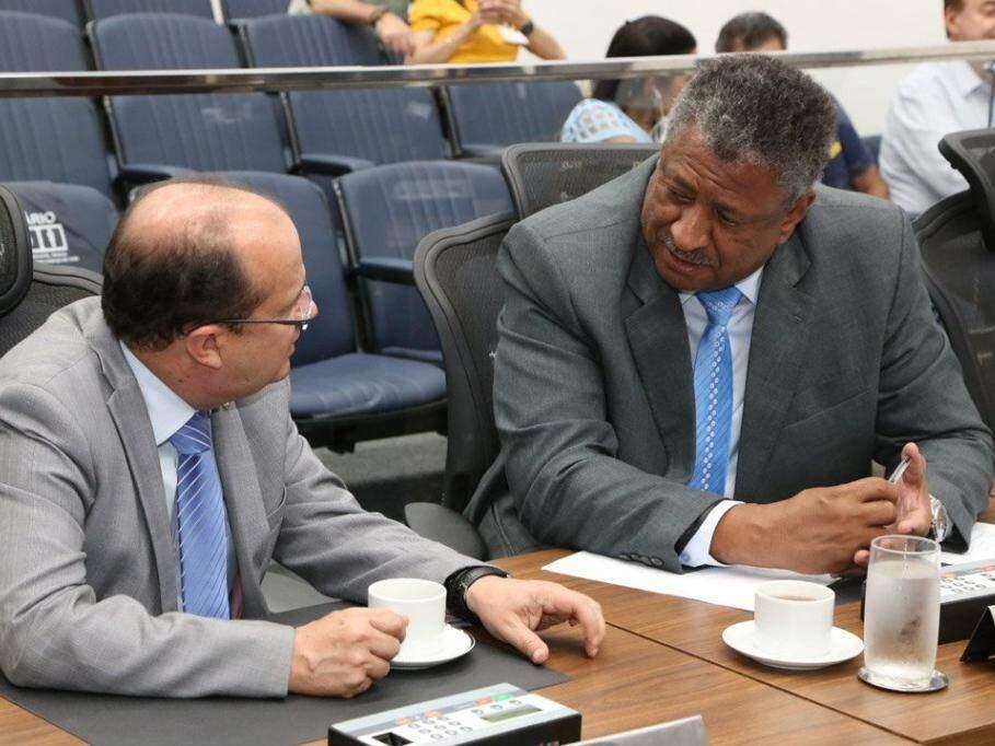 Deputado José Carlos Barbosa, à esquerda, conversa com o deputado João Batista dos Santos. (Foto: Victor Chileno/ALMS).