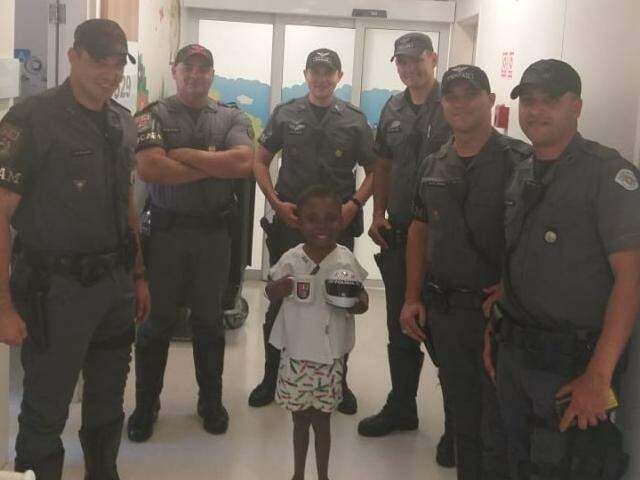 João ao lado dos amigos policiais militares de São Paulo (Foto: Divulgação)