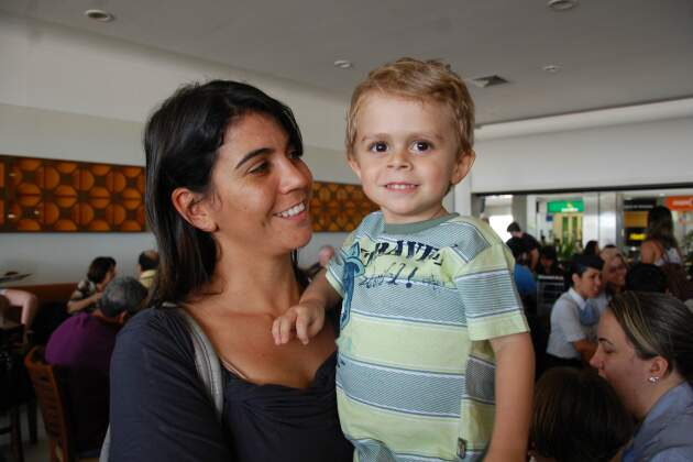 Filipe, ontem de manhã, com a mãe, antes de embarcar para Brasília, onde visto de emergência foi concedido esta manhã. (Foto: Simão Nogueira)