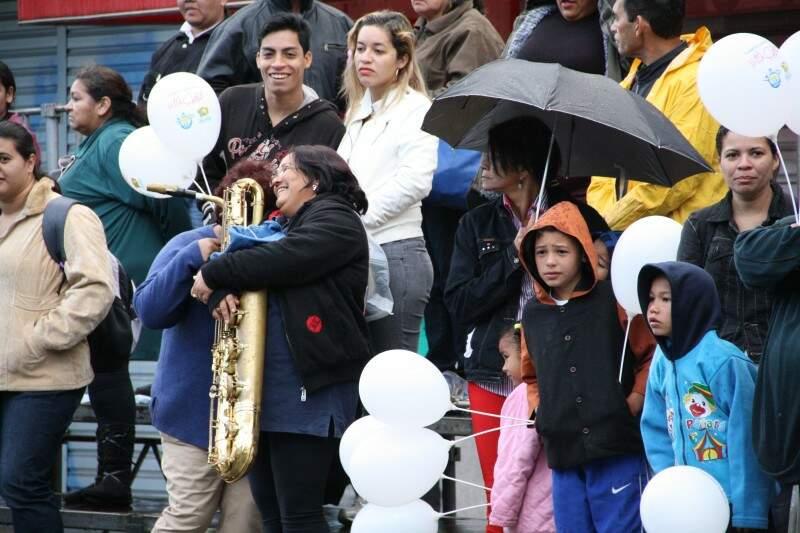 Balões brancos foram distribuídas pela organização do desfile. (Foto: Marcos Ermínio)
