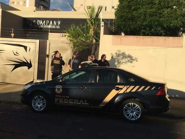 Policiais federais em empresa na Rua Doutor Arthur Jorge, um dos alvos da operação (Foto: Guilherme Henri)
