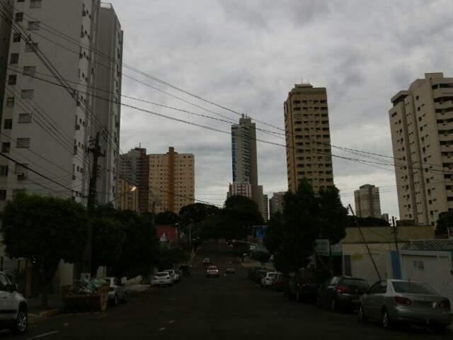 Céu amanheceu nublado na capital sul-mato-grossense (Foto: Marcos Ermínio)
