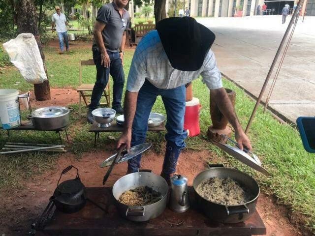 Manifestantes acordaram com arroz carreteiro para o café da manhã (Foto: Fernanda Palheta)