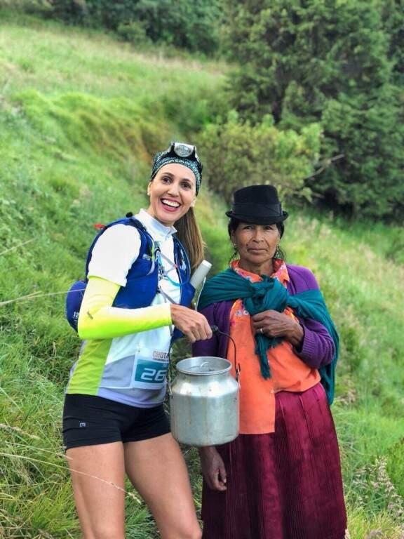 Parada para uma pose com uma nativa durante a Chota Trail, corrida de trilha disputada no entorno da famosa Laguna de Yahuarcocha e do Vale do Chota, em Ibarra, no Equador (Foto: Arquivo pessoal)