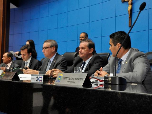 Deputados Zé Teixeira (DEM), Paulo Corrêa (PSDB), Eduardo Rocha (MDB) e Herculano Borges (SD), na mesa diretora (Foto: Luciana Nassar/ALMS)