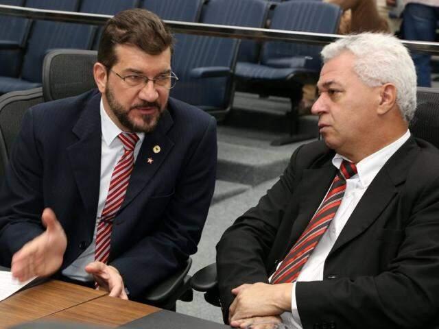 Deputados Pedro Kemp (PT) e Cabo Ami (PT), autor do projeto, durante sessão (Foto: Victor Chileno/ALMS)