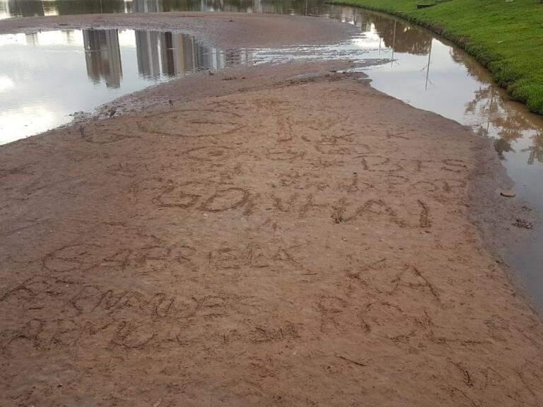 """Banco de areia com escritas de nomes, além do """"#vergonha"""". (Foto: Liniker Ribeiro)."""