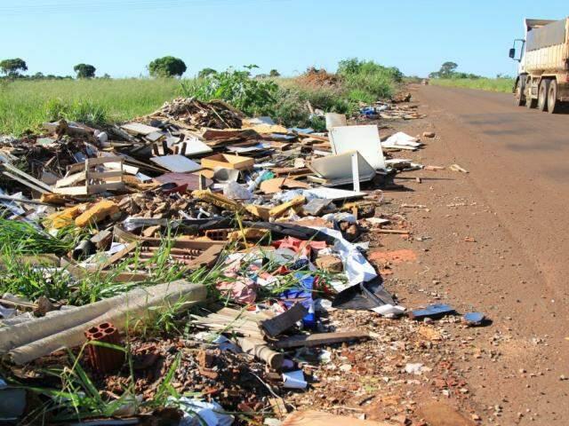 Há pelo menos um km tomado por lixo às margens do rodoanel (Foto: Marina Pacheco)