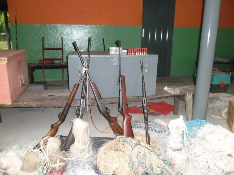 Carne de animal silvestre, armas e pescado acima de medida foram apreendidos e proprietário preso (Foto: Divulgação PMA)