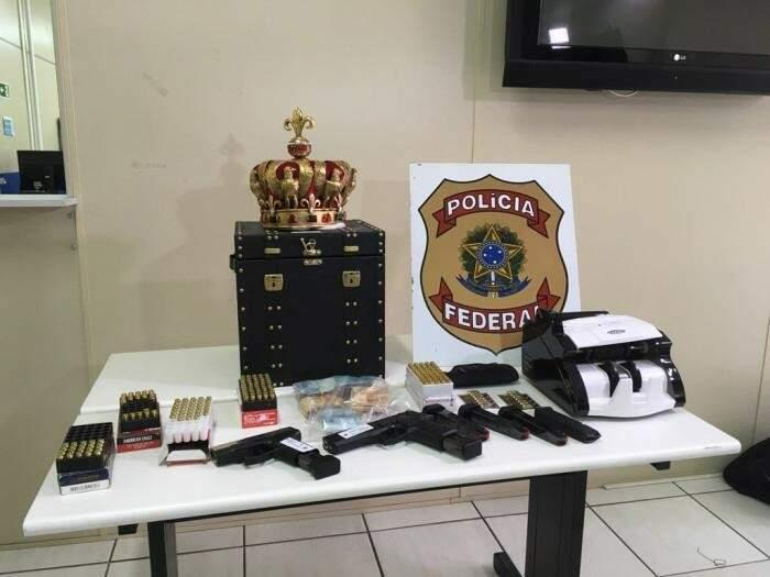 Armas, munição e coroa de ouro apreendidas pela PF no ano passado (Foto: Zero Hora)