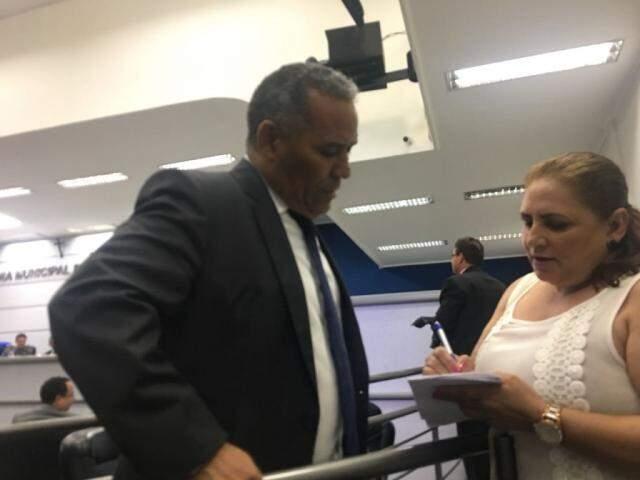 Vereador Chiquinho Telles com a responsável por uma das entidades, Sueli Gomes. (Foto: Danielle Valentim).