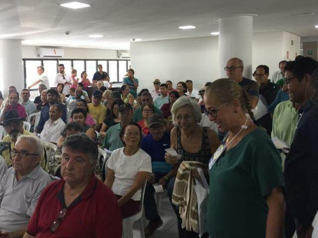 Aproximadamente duzentas pessoas aguardavam em sala de espera (Foto: Bruna Kaspary)