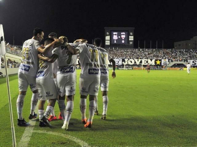 Jogadores comemorando um dos três gols marcados em campo. (Foto: Sérgio Barzaghi/Gazeta Press/Reprodução)
