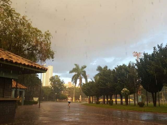 Chuva no Belmar Fidalgo durante esta tarde (26). (Foto: Paulo Francis)