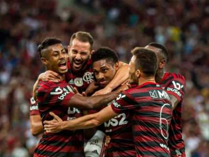 Flamengo faz 3 a 1 no Atlético-MG e se isola na liderança do Brasileirão