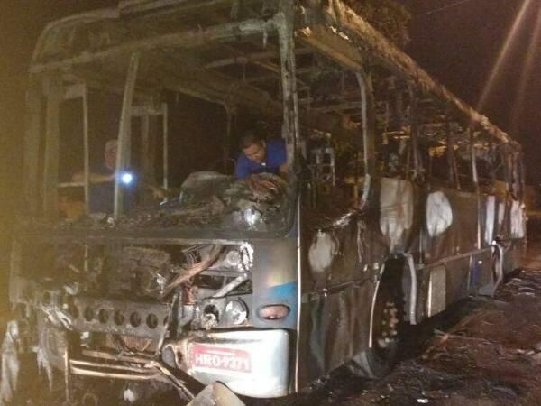 Na quinta-feira, dois ônibus foram incendiados e um apedrejado. (Foto: Direto das Ruas)