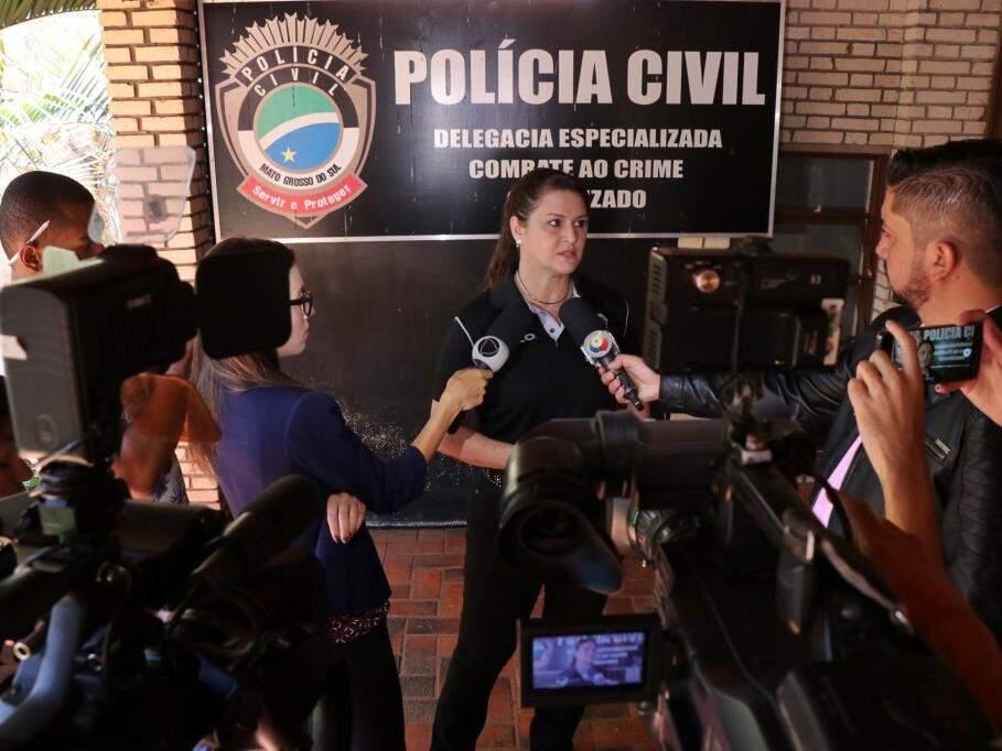 Delegada Ana Cláudia Medina durante coletiva de imprensa (Foto: Henrique Kawaminami)