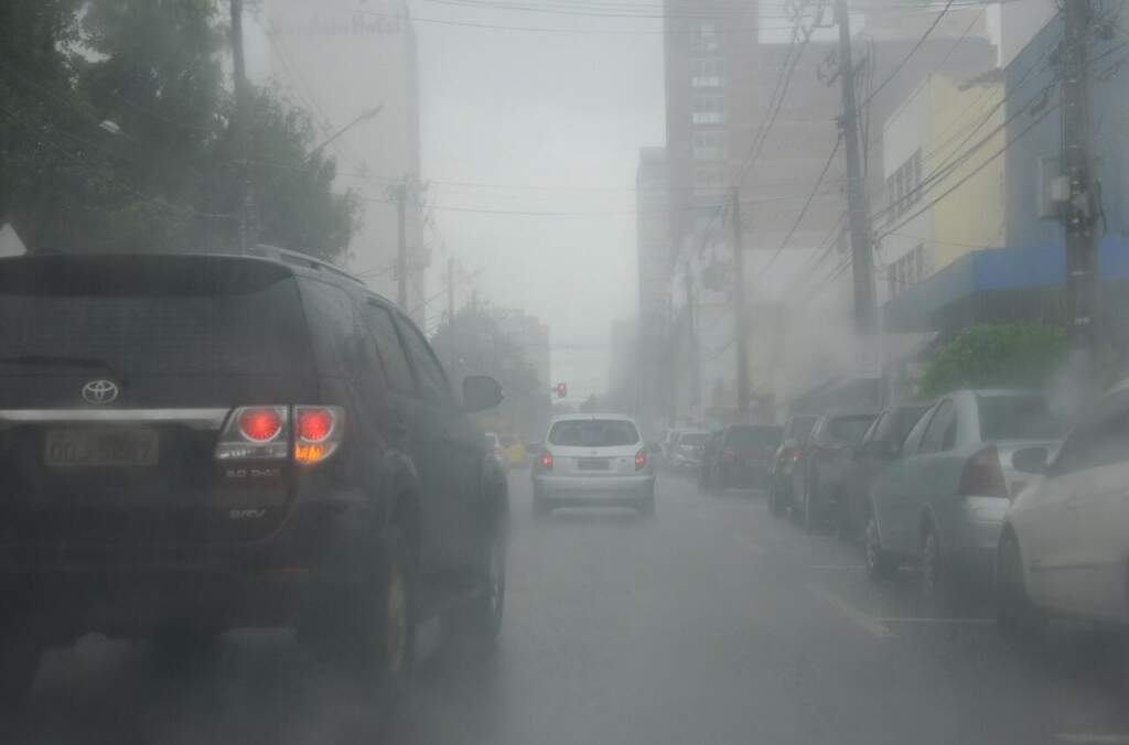 Chuva intensa prejudicou visibilidade de motoristas (Foto: Paulo Francis)