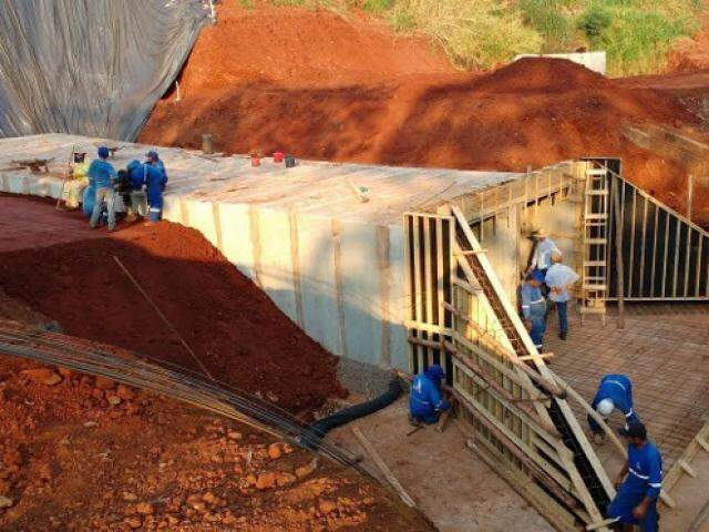 Operários trabalhando na construção de galeria para coleta de água da chuva (Foto: Seinfra/Divulgação)