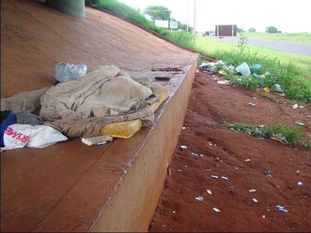 Lixo deixado por mendigos embaixo do viaduto. (Foto: Jânio Macedo)