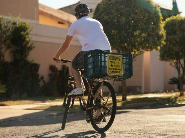 O jovem faz todo o processo de coleta e entrega de bicicleta, mais uma forma de evitar poluição. (Foto: João Paulo Gonçalves)