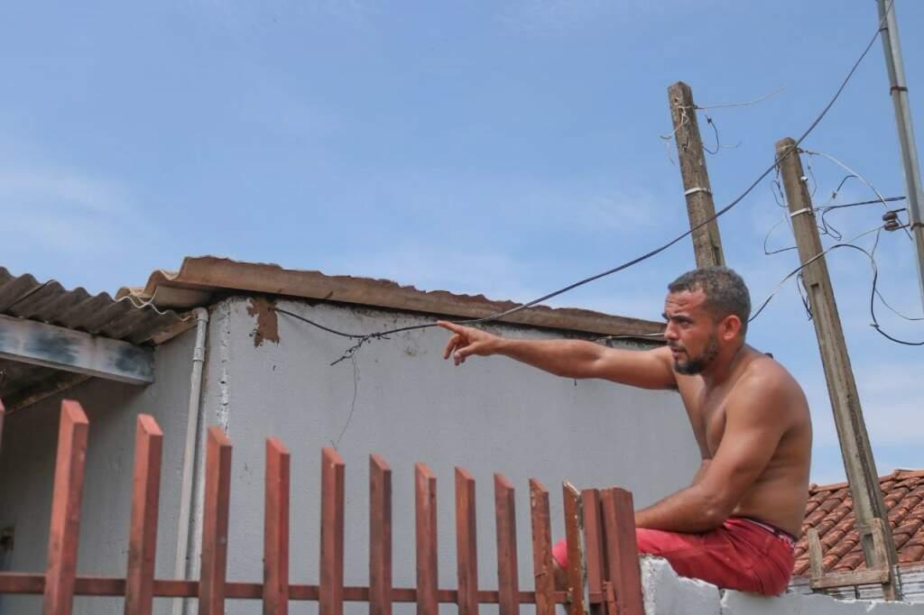 Anderson Ferreira mostra que casa ficou destelhada. (Foto: Marcos Maluf)