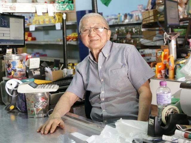 Kenji Kurashige tem 73 anos e é conhecido no bairro como japonês (Foto: Kisie Ainoã)