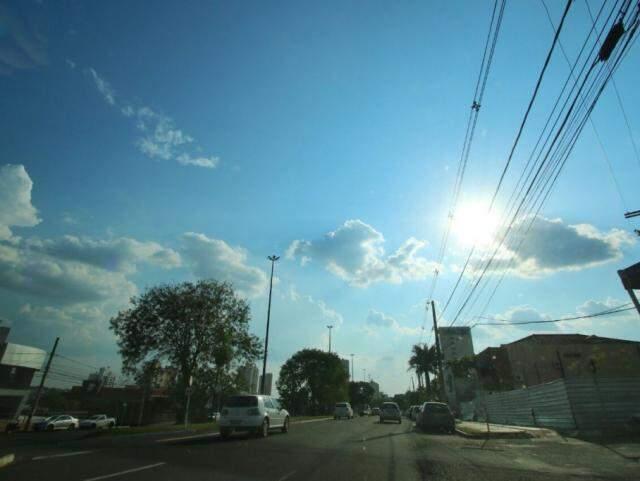 Céu na tarde desta sexta-feira em Campo Grande; no fim de semana, tempo vai fechar (Foto: André Bittar)