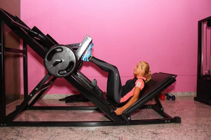 Para intensificar os treinos montou uma academia em casa. (Foto: Fernando Antunes)