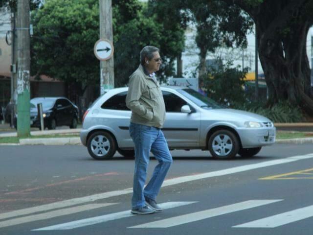 Homem usando casaco para se proteger do frio caminha pelo Centro nesta sexta (Foto: Marina Pacheco)
