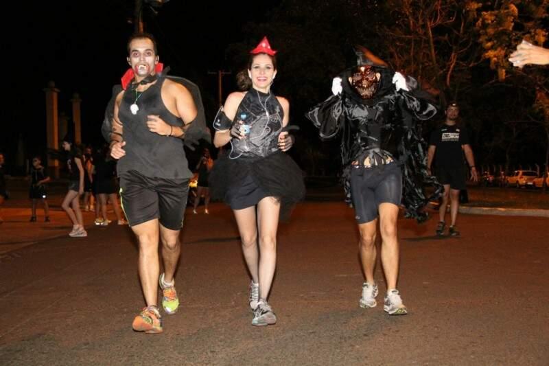 A corrida noturna reuniu mais de 200 pessoas. (Foto: Marcos Ermínio)