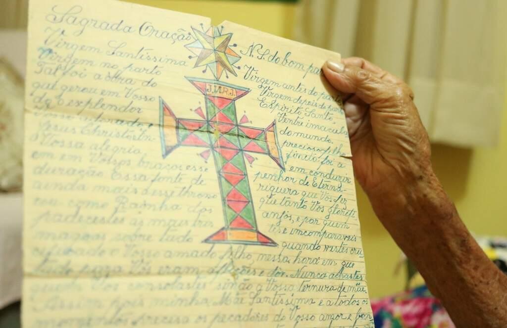Umas das orações que Olípia anotou durante todos esses anos. (Foto: Kimberly Teodoro)